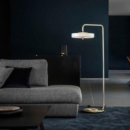 北欧简约轻奢客厅落地灯沙发书房卧室创意个性设计师巡游者立式灯